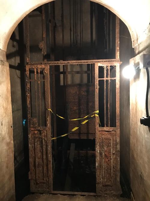 Лифт в бункере