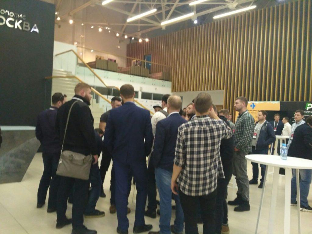 Толпа вокруг Громова после доклада